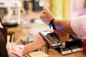 Bezahlen mit der Smartwatch – mit diesen Anbietern geht's